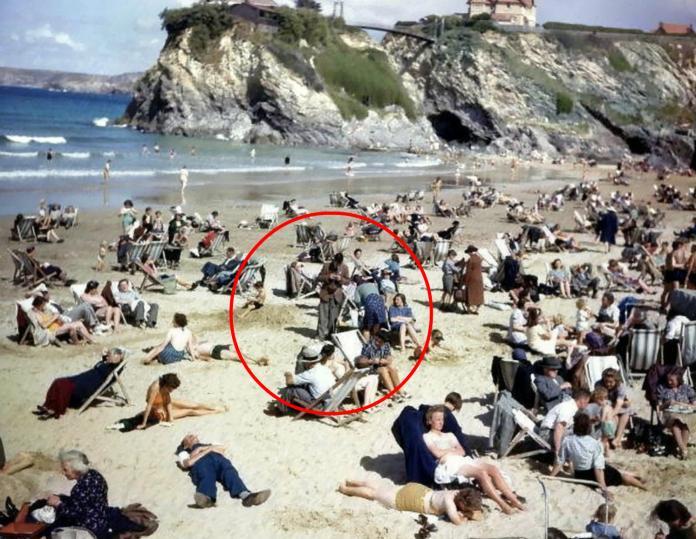嚇!75年前舊照驚見「低頭滑手機」 網:<b>時空旅人</b>是你?