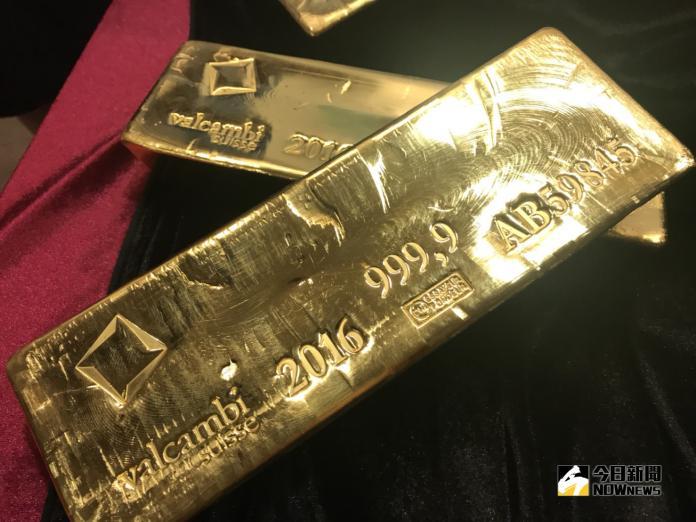 ▲美股崩跌,台股盤中大跌逾500點,在避險需求推升下,黃金價格出現反彈。(圖/記者顏真攝)
