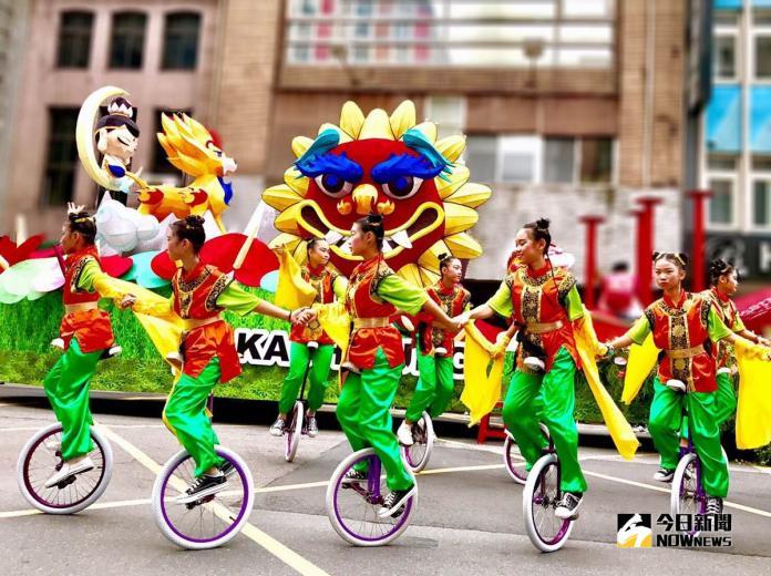 ▲精挑細選的12位小學生以花式的獨輪車技穿梭在花車旁。(圖/高市觀光局提供,2018.10.11)