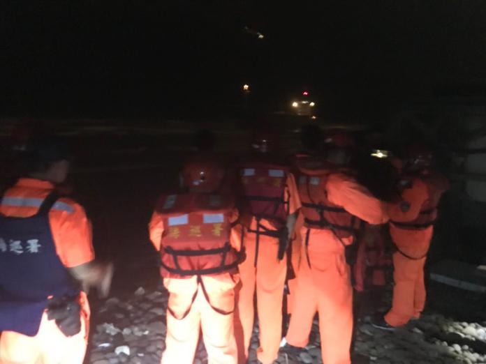 <br> ▲海巡人員漏夜進行營救,配合國搜中心派出搜救直升機將12名船員一一吊掛救出。(圖/海巡署提供, 2018.10.11)