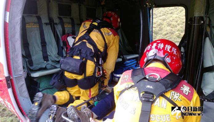 空勤總隊編號NA-709黑鷹直升機昨晚連3起救援任務,全部順利將傷患送往醫院救治。(圖/空勤總隊提供)