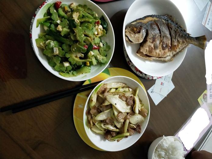 ▲媽媽精心準備飯菜卻被女兒嫌棄,網友神出原因。(圖/翻攝自臉書社團爆怨公社)