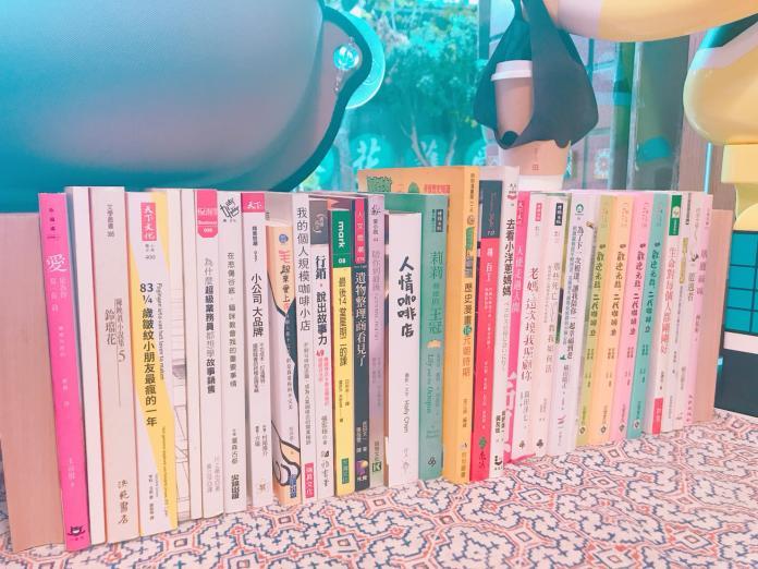 ▲殯葬咖啡店擺放心靈書籍,幫助家屬紓解悲傷。(圖/記者汪瑋琪攝)