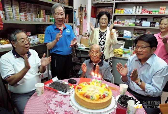 送暖迎重陽 潘孟安訪屏東市百歲人瑞送祝福