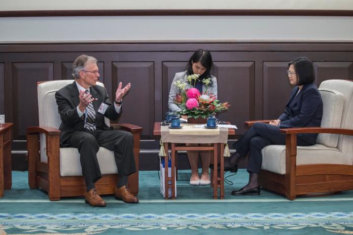 蔡英文總統16日接見「華府智庫『美國進步中心』學者專家訪問團」。(圖 / 總統府提供)