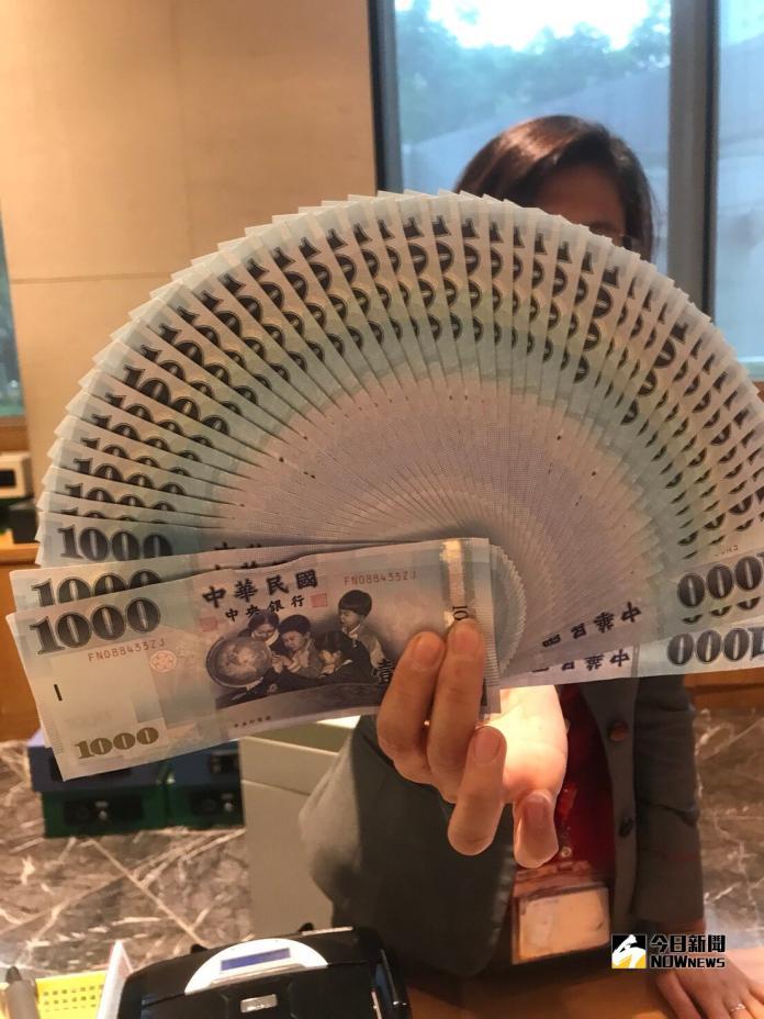 ▲新台幣兌美元10月22日早盤先貶後升,在觸30.99元後,目前反彈來30.932元。(圖/記者顏真真攝)