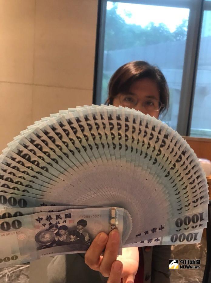 ▲ 新台幣兌美元10月23日收30.985元、貶值6.5分。(圖/記者顏真真攝)