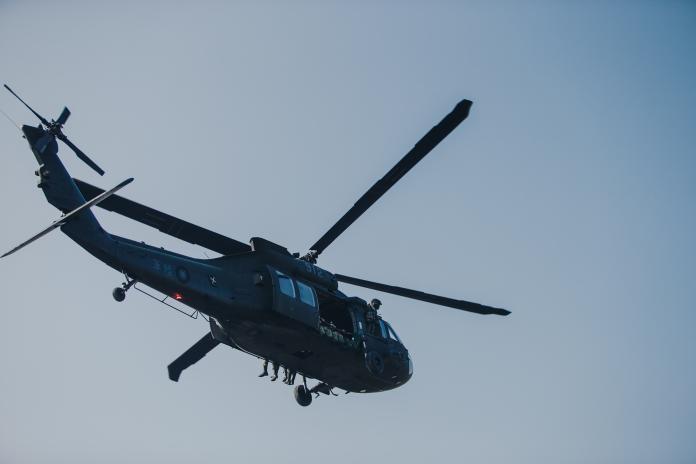 ▲陸軍特戰官兵23日搭乘黑鷹直升機實施跳傘訓練。(圖/軍聞社提供, 2018.10.23)