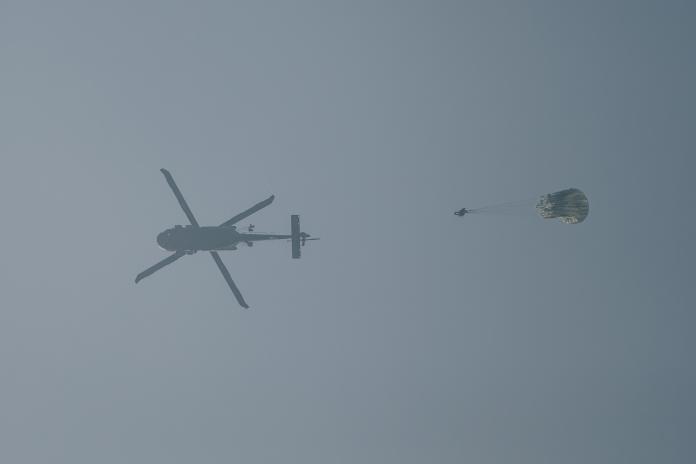 陸軍特戰官兵23日搭乘黑鷹直升機實施跳傘訓練。(圖/軍聞社提供, 2018.10.23)