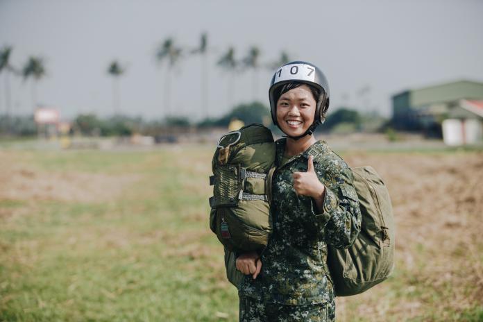 ▲航空601旅飛保廠鄧潔上尉,為了實現加入神龍小組的夢想,目前正在接受高空傘訓。(圖/軍聞社提供, 2018.10.23)