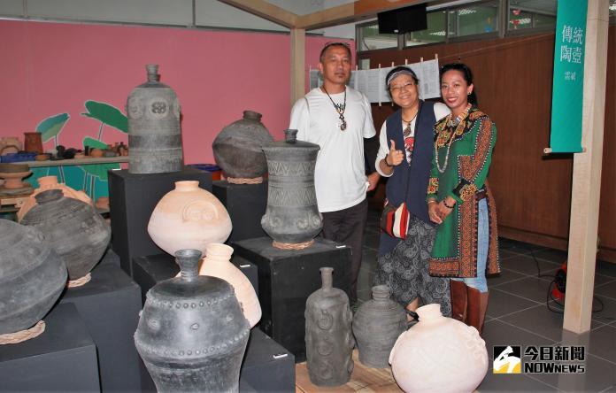 ▲雷斌老師(後)與學員的陶器製作課程成果展示。(圖/記者陳宗傑攝,2018,10,24)