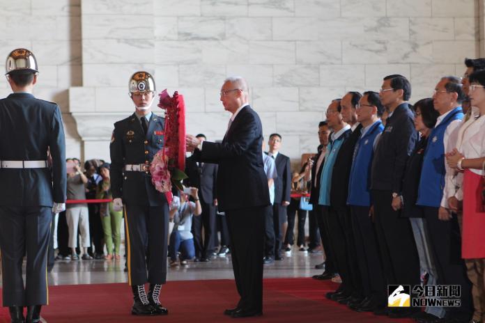慶祝台灣光復 吳敦義向老蔣銅像獻花、細數國民黨貢獻