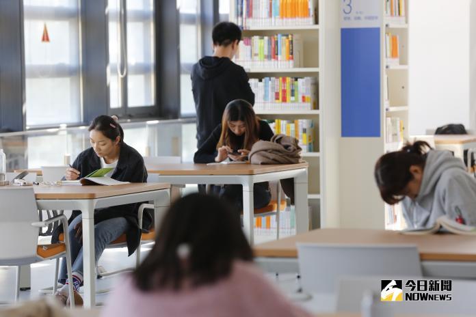 ▲天津濱海新區圖書館,在網上走紅後,不少書蟲前來浸淫在書海樂趣。(圖 / 記者吳文勝攝)