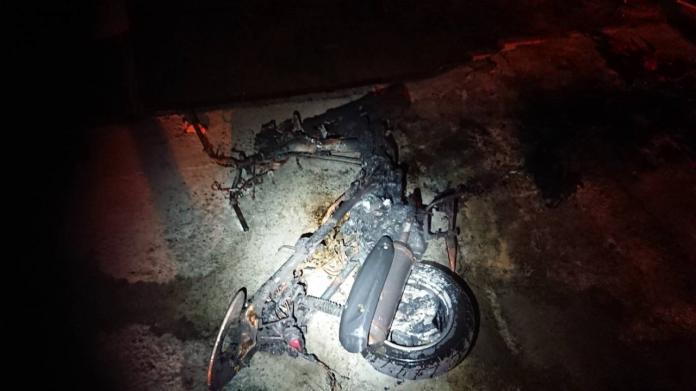 遭縱火後,機車燒剩骨架