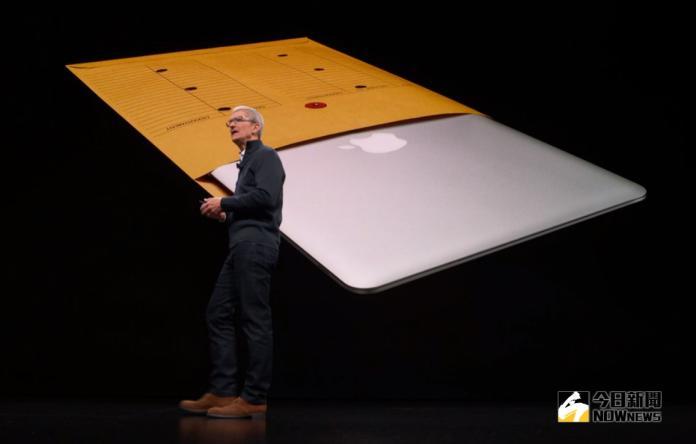 ▲蘋果「One More Thing」將於台灣時間11月11日凌晨舉行發表會,預期將發表AppleSilicon Mac。圖為資料照片,庫克發表小尺寸 MacBook Air。(圖/示意圖,翻攝Apple發表會影片畫面)