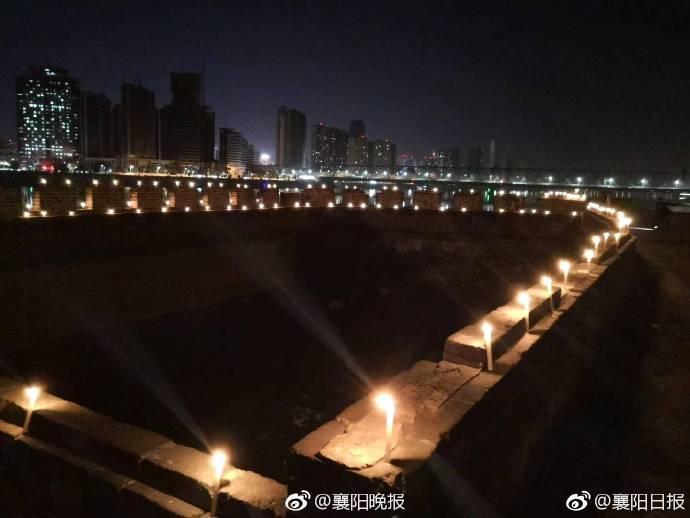 <br> ▲白色燭光照亮襄陽古城,畫面壯觀。(圖/翻攝襄陽日報微博)