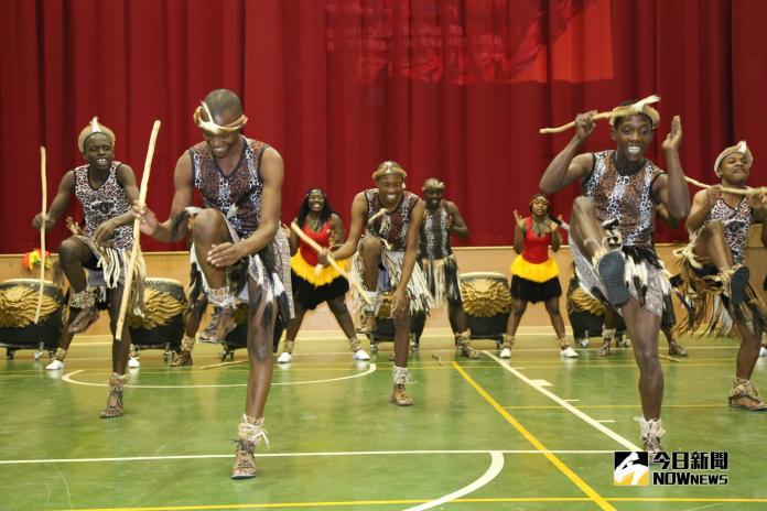 鼓聲昂揚 辛巴威劇團以非洲鼓與豐洲國小<b>戰鼓隊</b>交流