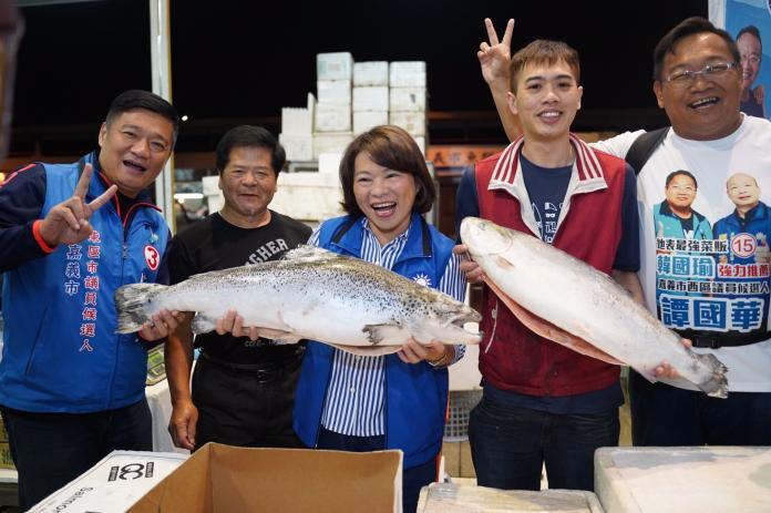 黃敏惠凌晨跑<b>魚市場</b>拜票 承諾漁民將改善硬體