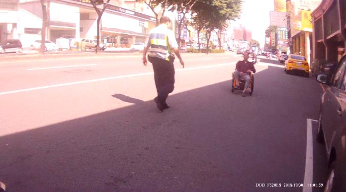 社會局稽查養護中心 阿伯滑輪椅趁機偷溜逛大街