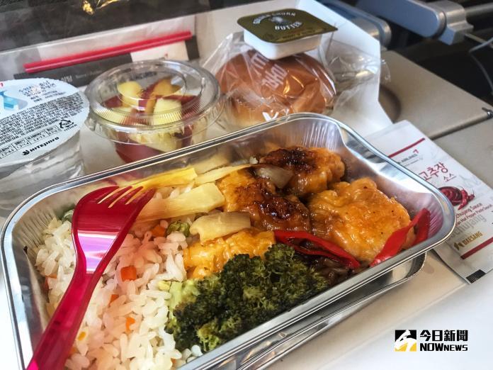 ▲韓亞航空的機上餐點,除了豐盛的主食和配菜之外,還會附上一包韓式辣椒醬讓乘客自行調味,增添一分韓式氣息。(圖/記者賴詠璿攝,2018.11.01)