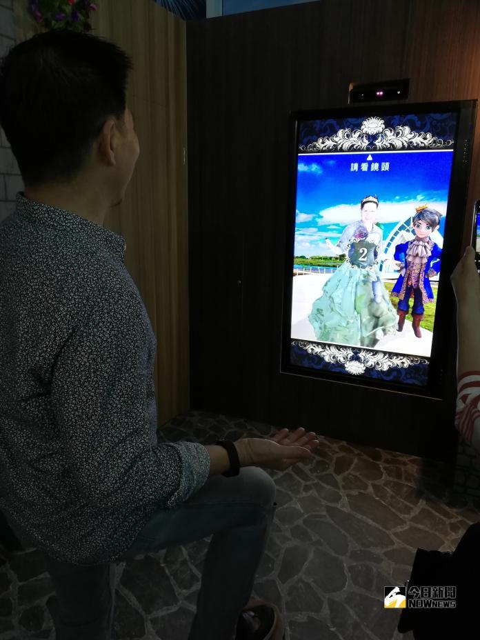 <br> ▲遊客體驗虛擬變裝,連男生都玩得不亦樂乎。(圖/記者邱嘉琪攝,2018.11.04)