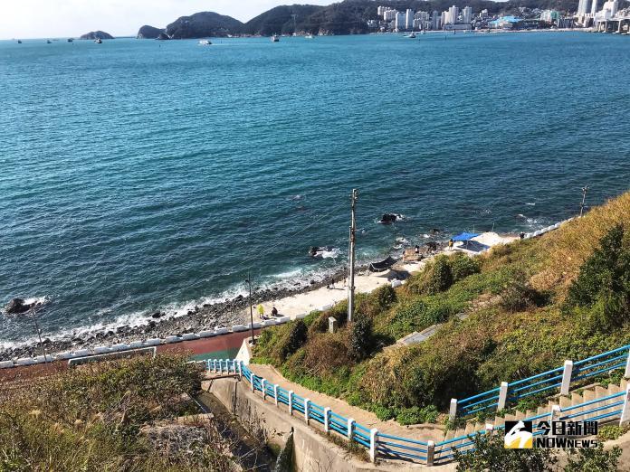 ▲白險灘文化村被漆上清新的藍、白配色,充滿地中海風情。(圖/記者賴詠璿攝, 2018.11.04)