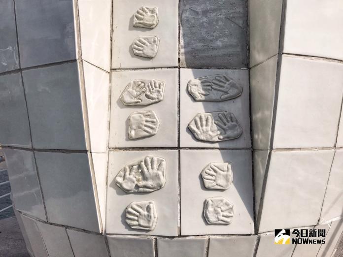 ▲燈塔上方印有許多新生兒的小手印。(圖/記者賴詠璿攝, 2018.11.04)