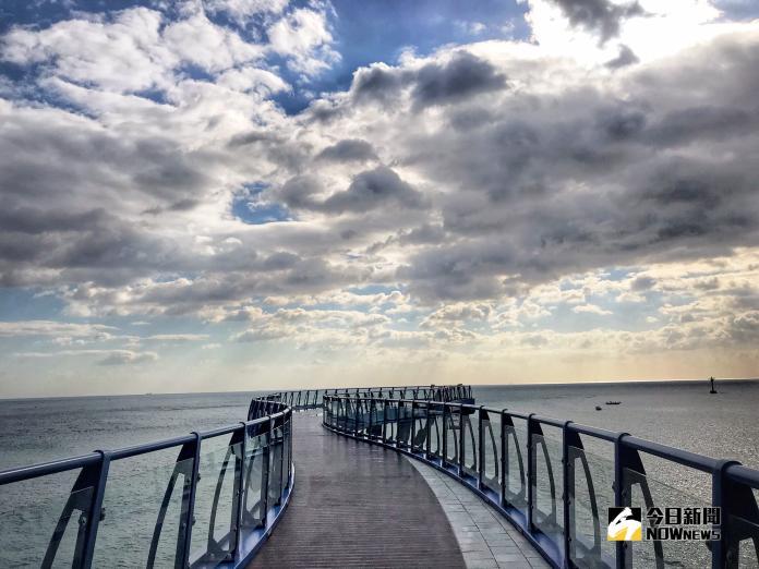 ▲青沙浦踏石觀景台半月形的玻璃地板設計,遊客可以站在上面俯瞰蔚藍大海。(圖/記者賴詠璿攝, 2018.11.04)