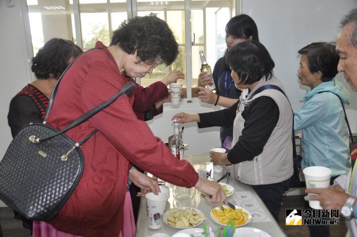 <br> ▲水果茶昂健康,很受長輩歡迎,有點供不應求。(圖/記者陳雅芳攝,2018.11.04)