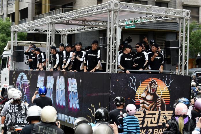 中華職棒/首次遊行超新鮮 黃子鵬:像在拜票