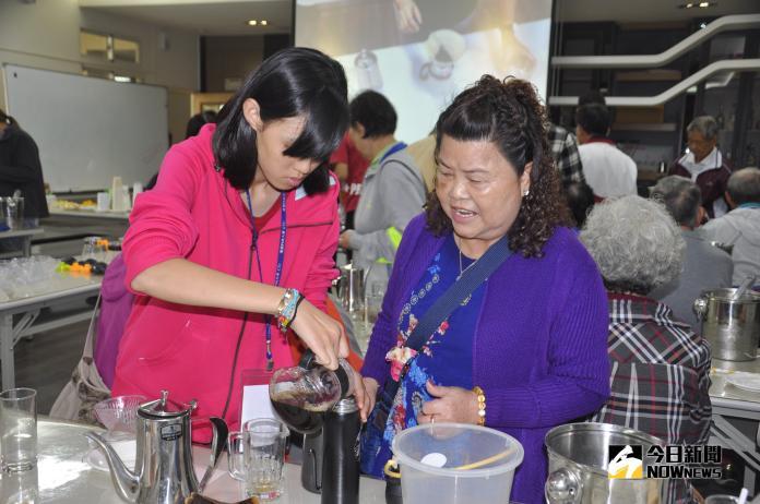 <br> ▲大學生泡的咖啡比較好喝要長輩裝回家與家分享。(圖/記者陳雅芳攝,2018.11.04)