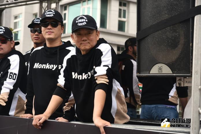 猿隊總教練洪一中,在封王遊行喊出挑戰三連霸(圖/林柏年攝)