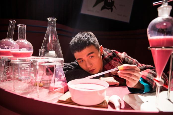 ▲鍾楚曦快閃來台灣幫李榮浩拍攝MV,李榮浩則是準備了一桌夜市美食慰勞。(圖/華納音樂提供, 2018.11.05)