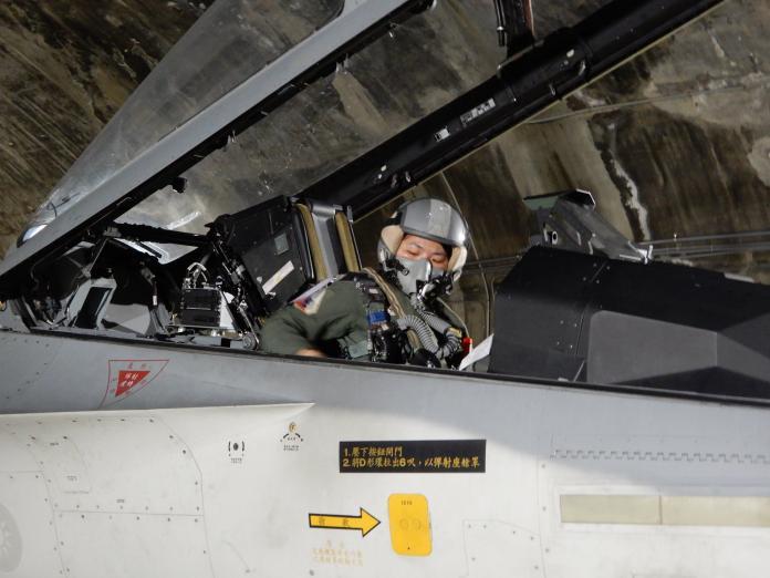 ▲空軍第一聯隊首位IDF戰機女性飛行官范宜鈴上尉,日前完成首次夜間飛行訓練。(圖/翻攝自空軍司令部臉書, 2018.11.7)