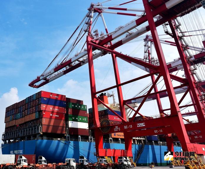 ▲高雄港貨櫃裝卸量有快速成長之現象。(圖/記者黃守作攝,2018.11.7)