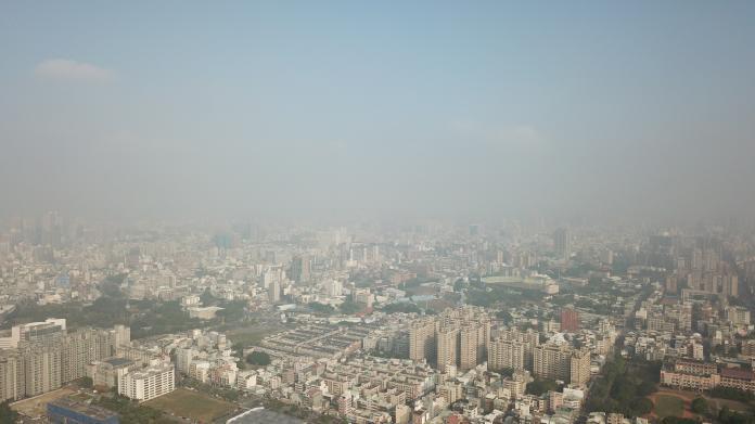 11月8日台中的天空,可以看見霧茫茫一片。(圖/台灣健康空氣聯盟提供)