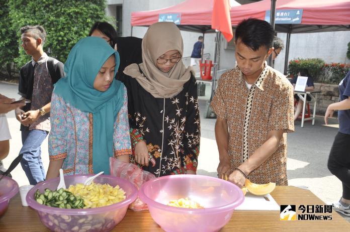<br> ▲印尼學生動手製作有當地風味的水果餐。(圖/記者陳雅芳攝,2018.11.08)