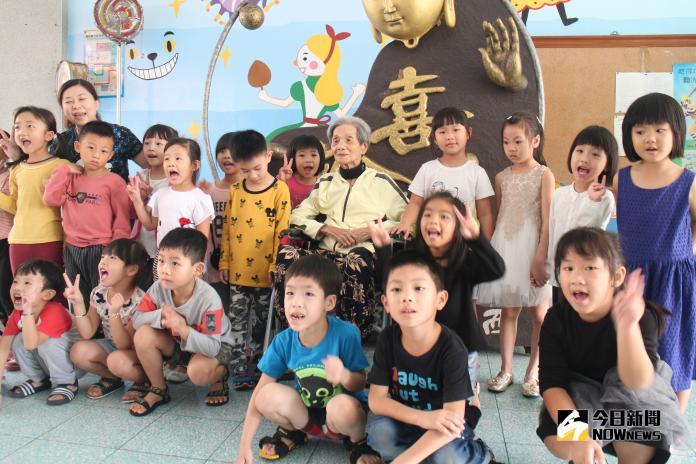 92高齡陳蕭寶猜湖西圓夢 贈送雞蛋糕與小朋友同樂