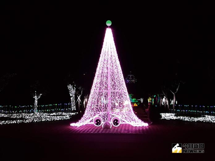 宜蘭縣政府「奇幻耶誕 光環境營造」特地在中山路入口處設置一座「小精靈」,並以兩顆烏溜溜的眼珠呈現從地底下冒出來的好奇感,以此吸引民眾走進中央公園一探究竟。