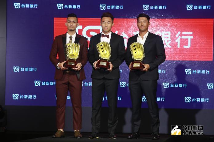 ▲張志豪(左起)、王柏融、林哲瑄榮獲中華職棒29年外野