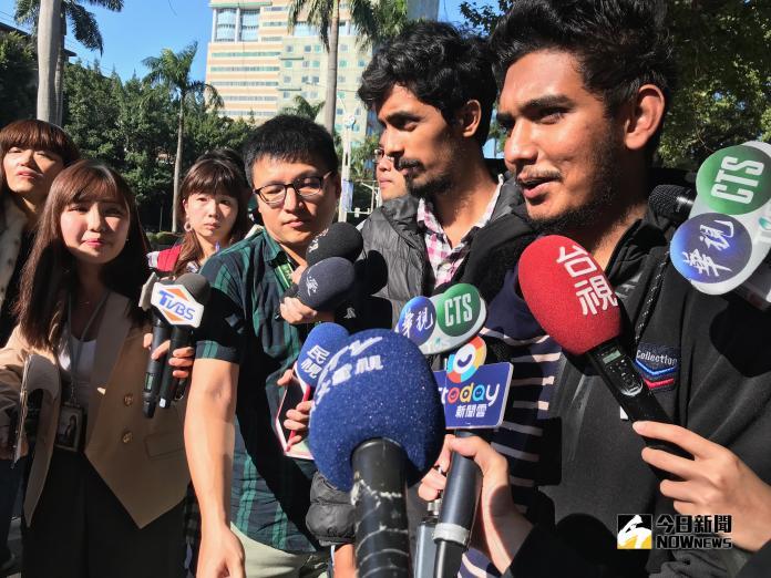 康寧大學斯里蘭卡學生今(15)日於教育部前陳情,高喊,「我要留在台灣,我要讀書。」(圖/記者許維寧攝)