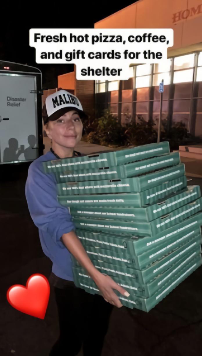 <br> ▲卡卡脂粉未施化身「披薩小妹」送熱食給災民。(圖/翻攝IG)