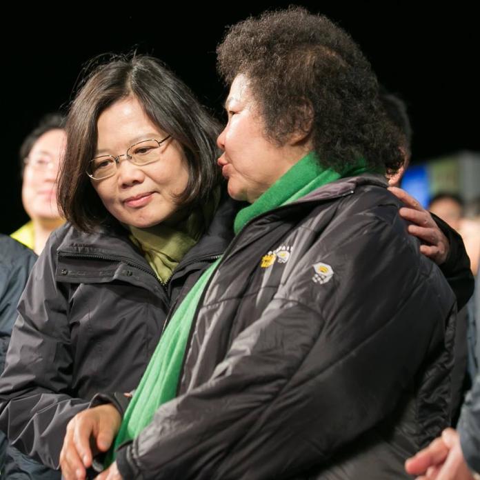 蔡英文總統17日深夜為陳菊抱不平,並在臉書貼出她與陳菊的照片,表示更為台灣的民主發展感到憂心。(圖 / 翻攝蔡英文臉書)