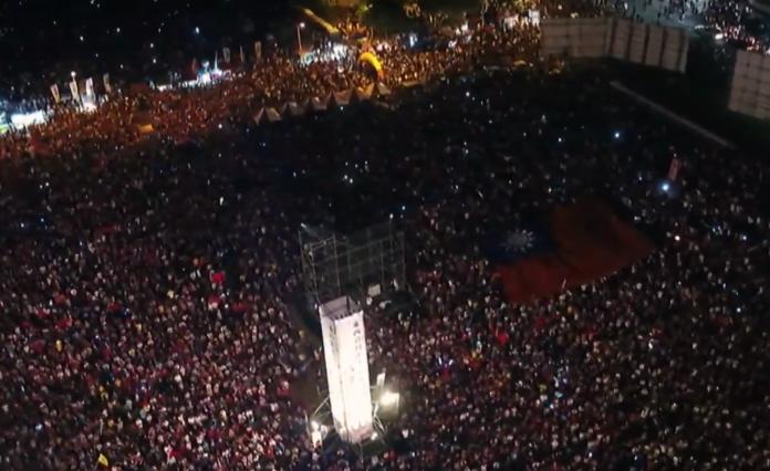 <br> ▲國民黨高雄市長候選人韓國瑜 17 日晚間在鳳山舉辦造勢晚會,現場湧入逾 10 萬名支持者。(圖/翻攝自 YouTube )