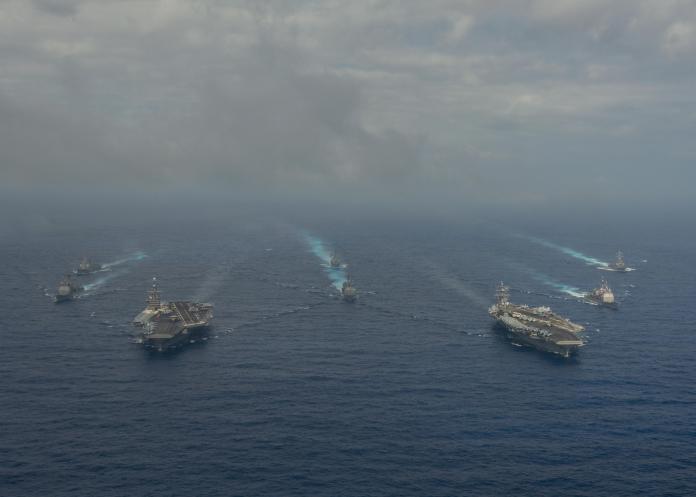 美國海軍史坦尼斯號與雷根號共同演訓的照片,經由美軍官方傳播社群而曝光,國內評論員也是以這種方式得知美國海軍航艦的動態並打臉國防部的說法。(圖/US Navy)