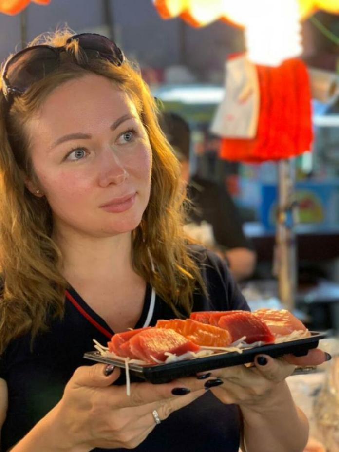 ▲俄羅斯旅遊業者踩線團首站來到東港華僑市場,大快朵頤品嚐入口即化的生魚片。(圖/屏東縣政府提供)