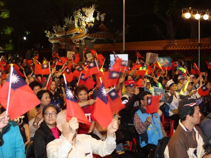 台下民眾也舉著國旗手搖旗一起揮舞,現場氣氛熱烈。(圖/記者葉滕騏攝,2018.11.20)