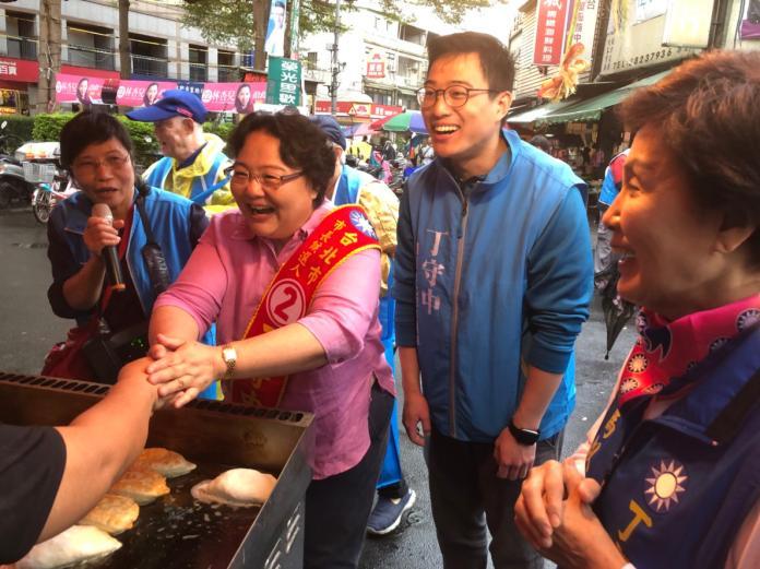 ▲國民黨台北市長候選人丁守中的太太溫子苓(左)掃街拜票。(圖/丁守中競選總部提供)