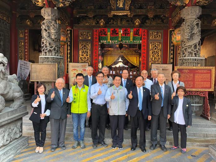 黃偉哲至台灣首廟「天壇」參拜,祈求高票當選,也為台南祈福。