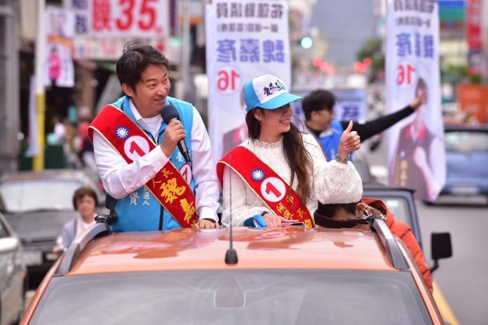 ▲尋求連任的花蓮市長候選人魏嘉賢做最後衝刺在街上拜票(圖/魏嘉賢競總提供)